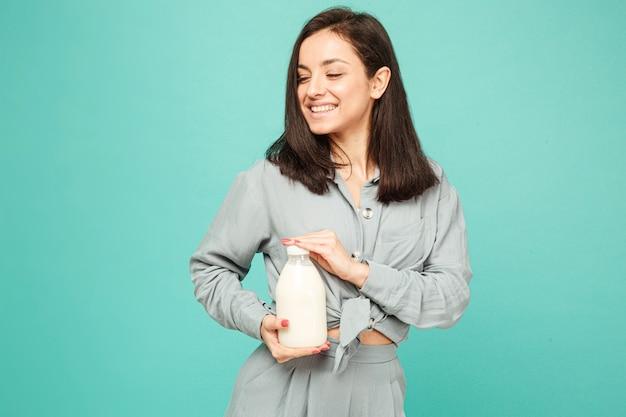 魅力的な女性の写真は、ミルク、乳製品のブートルを保持しています