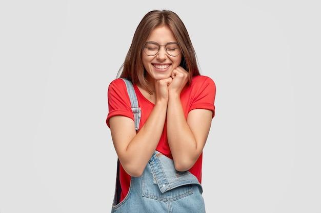 魅力的な女性の写真は喜びを持っており、何か前向きなことに感銘を受け、手をつないでいます