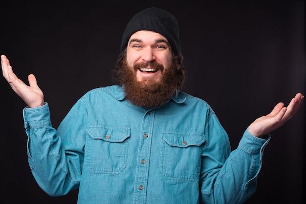 수염 된 hipster 남자의 사진은 무엇을 해야할지 모르겠어요