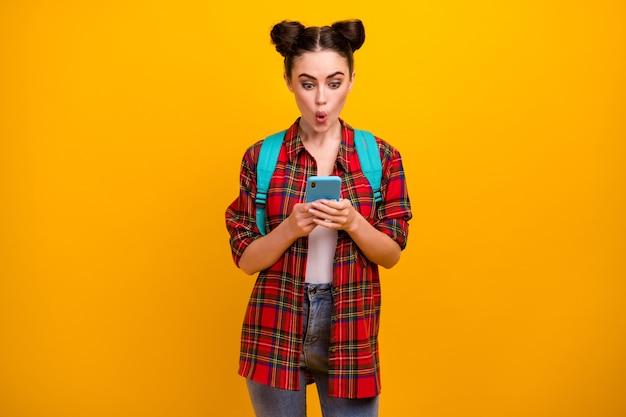 美しい驚いた学生女性の写真は、電話を口を開けて保持します