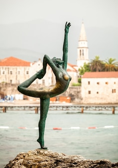 Фотография красивый бронзовый памятник-символ города будва, черногория