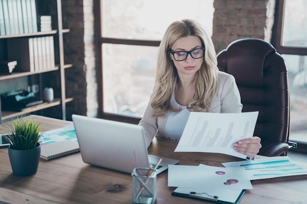 Фото красивой бизнес-леди смотреть бумажный документ