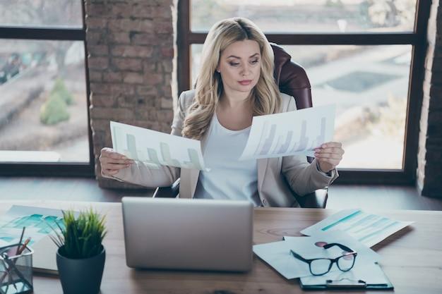 Фото красивой бизнес-леди читать графики документов