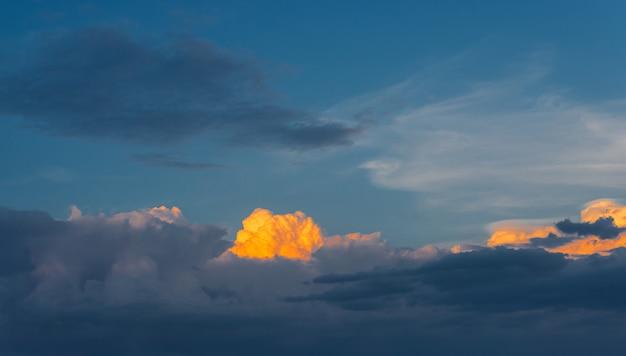 일몰 동안 비가 온 후 하늘에 있는 아름다운 구름 사진