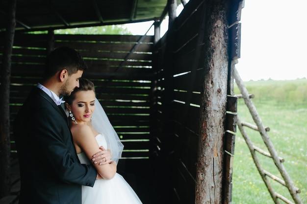 Фото красивой пары на природе в деревянной хижине