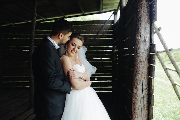 木造の小屋で自然の美しいカップルの写真