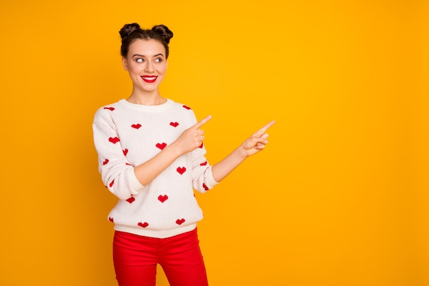 Фото красивой женщины-купидона, указывающей пальцами на день влюбленных, со скидкой, низкие цены, белый пуловер с узором в виде сердечек