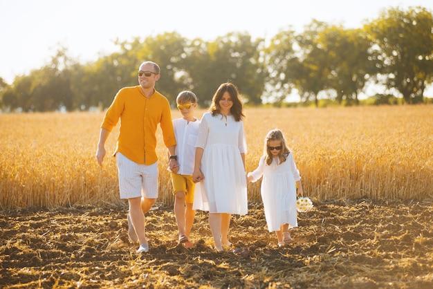 Фотография красивой семьи, наслаждающейся свежим и приятным временем вместе
