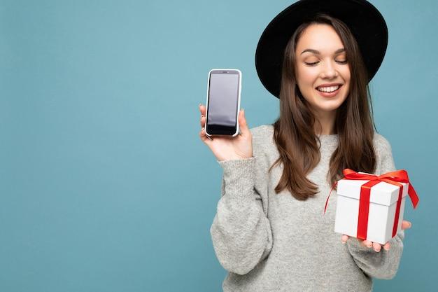 파란색 배경 벽 입고 위에 절연 아름 다운 행복 즐거운 젊은 갈색 머리 여자의 사진