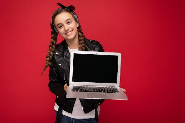 컴퓨터 노트북을 들고 검은 머리 땋은 아름다운 행복 웃는 소녀의 사진