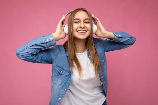 美しい幸せな笑顔の若いブロンドの女性の写真