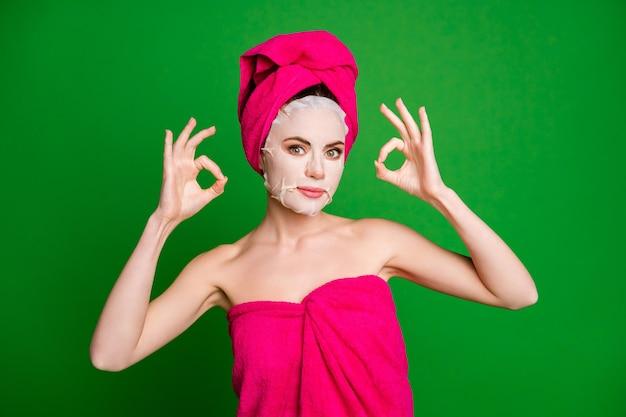 Фото красивой дамы применить маску для лица, показать хорошо, носить полотенца, тело, голова, изолированный зеленый цвет фона