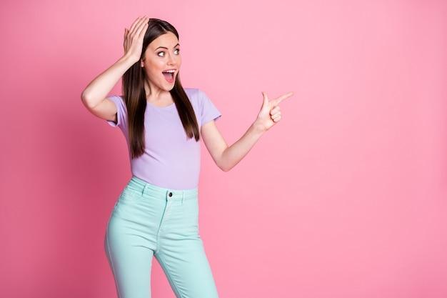 美しい女性の写真ダイレクトフィンガーサイド空きスペースノベルティバナーセールショッピングオファー提案オープンマウスウェアカジュアルバイオレットtシャツティールパンツ分離ピンクパステルカラー背景