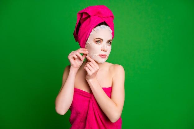 Фото красивой дамы в душе, снимающей хлопковую маску для лица, носить полотенца, голова тела, изолированный зеленый цвет фона