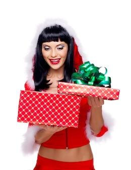 Фотография красивой снегурочки держит рождественскую подарочную коробку - изолированные на белом