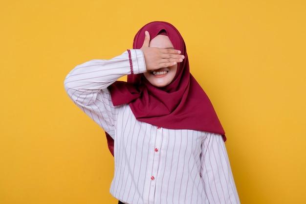 Фотография красивой женщины в повседневной одежде хиджаба закрывает глаза