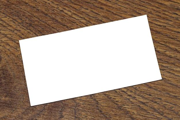 木製の背景に空白の名刺の写真。 idのテンプレート。上面図。