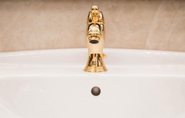 セラミックタイル、蛇口、バスルームのシンクの写真