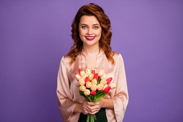 Фотография очаровательной дамы держит букет свежих тюльпанов