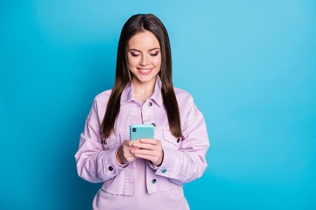 Фотография очаровательной дамы держится за телефонные руки, просматривающей смартфон, зависимый пользователь