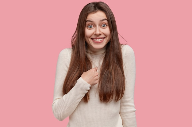 Фотография жизнерадостной брюнетки указывает на себя, имеет зубастую улыбку, о чем-то спрашивает, будучи выбранной.