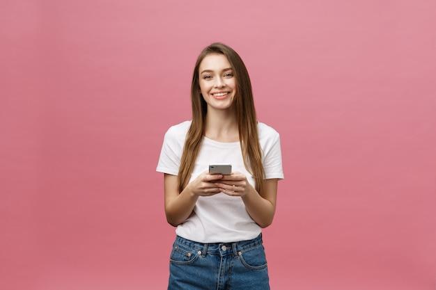 모바일 채팅 밝고 귀여운 아름 다운 젊은 여자의 사진