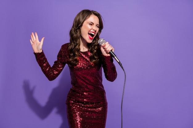Фото веселая смешная леди вечеринка танец ночь петь микрофон песня