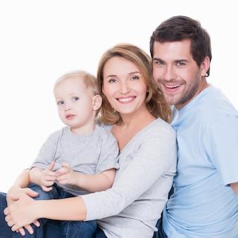 小さな子供を持つ陽気な幸せな若い親の写真-孤立