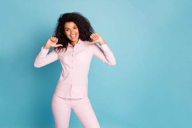 Фото веселой дамы, указывающей пальцами на себя рекламной личности