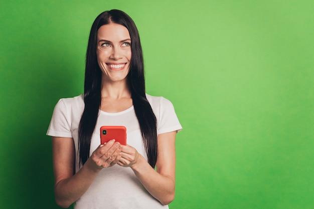 オンラインニュース孤立した緑の背景を読んで電話で陽気な女性の写真