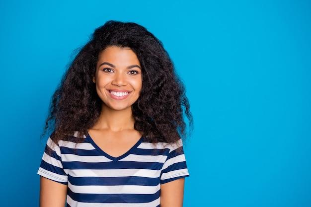 笑顔の陽気なポジティブかわいいきれいな女性の写真