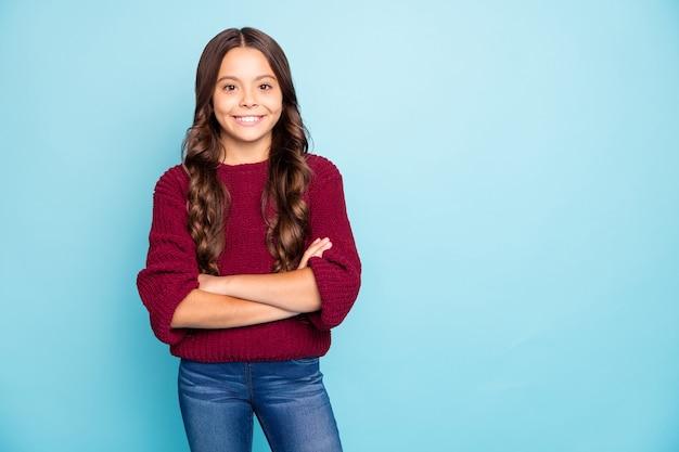 Фотография веселой позитивной дамы, скрестив руки на изолированной синей яркой цветной стене