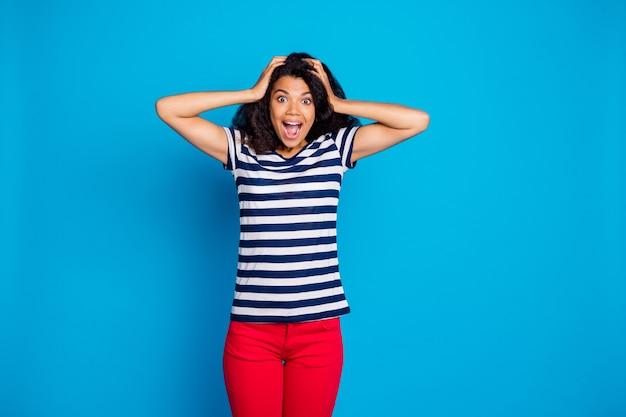 줄무늬 티셔츠를 입고 쾌활한 긍정적 인 여성의 사진은 황홀한 기쁨을 선사합니다.