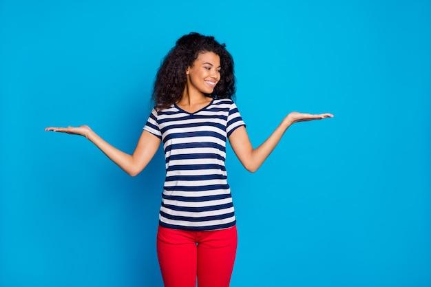 Фото веселой женщины, держащей два объекта