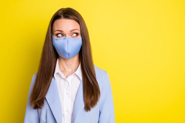 의료용 마스크를 쓴 수석 은행가 변호사의 사진은 코비드 검역 뉴스를 따라 밝은 색 배경 위에 격리된 파란색 정장 재킷을 입고 있습니다.