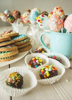 カラフルなケーキポップとアイシングとクッキーの写真
