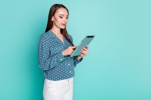 Фотография сконцентрированной девушки-агента, болтающей с партнерами на планшете, изолирована на фоне пастельных тонов бирюзового цвета