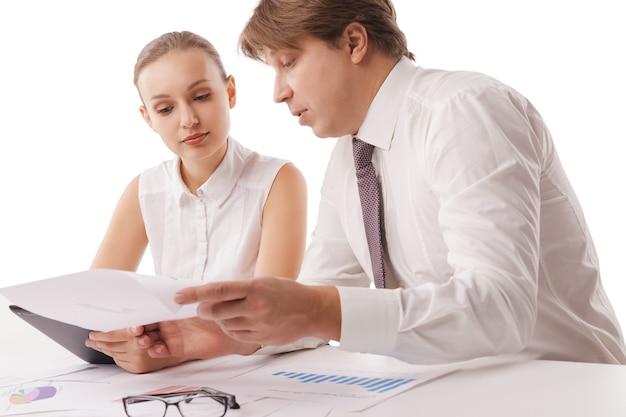 Фотография уверенных сотрудников, обсуждающих документы на встрече. изолированные на белом фоне.