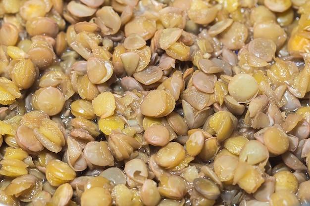 上面図で調理されたレンズ豆の写真
