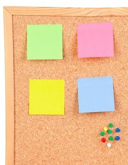 4 색 포스트잇이있는 코르크 판의 사진