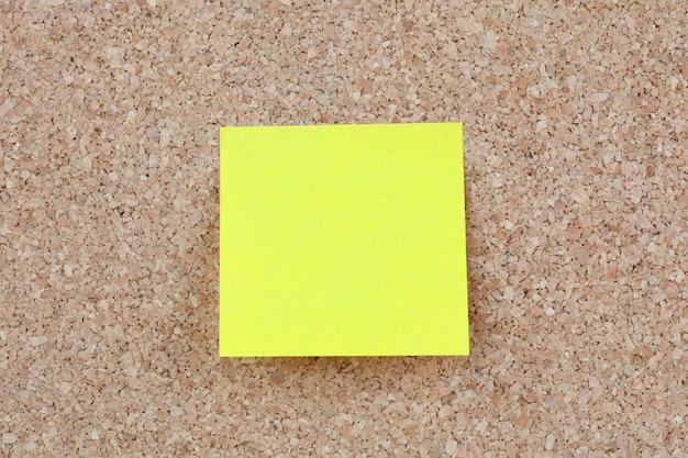 노란색 포스트잇 코르크 판의 사진