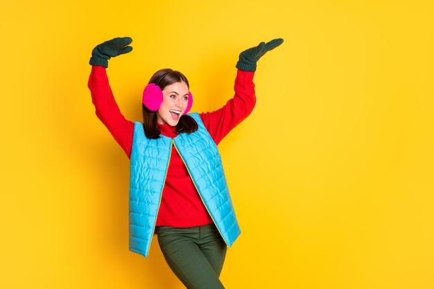 Фотография сумасшедшей крутой девушки наслаждается зимним сезоном, выходными, танцевальной дискотекой, носить брюки, свитер, изолированные на ярком цветном фоне