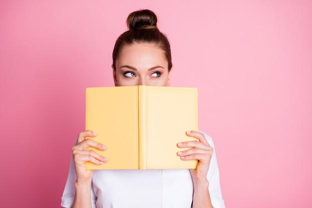 Фото креативной девушки закрыть обложку губы лицо книга думаю сложный план носить стильную модную одежду