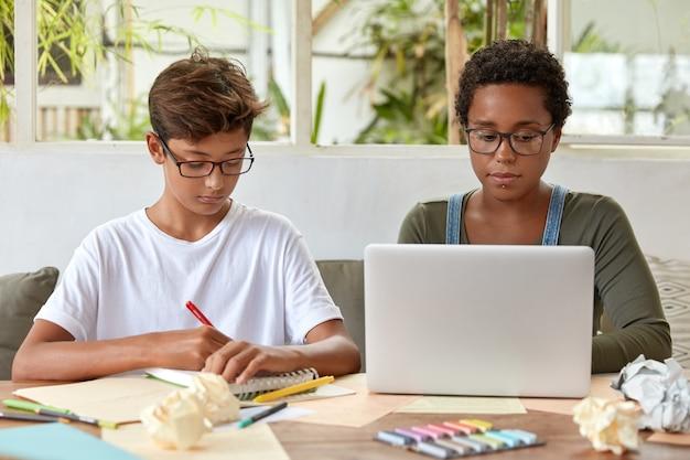 Фотография темнокожей женщины сидит перед открытым ноутбуком