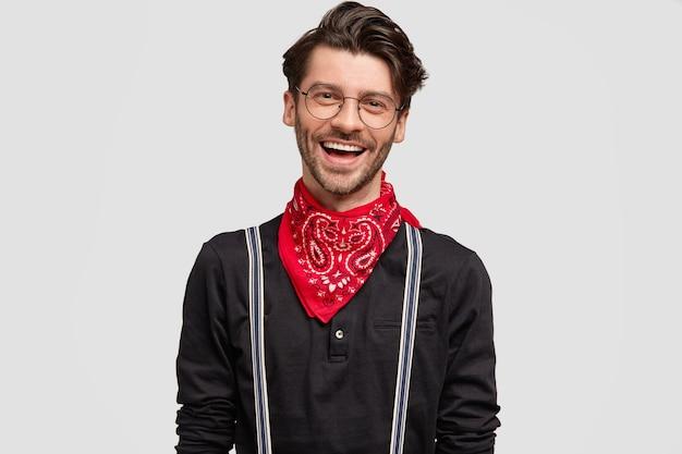 Фото восхищенного красивого бородатого парня с позитивным выражением лица