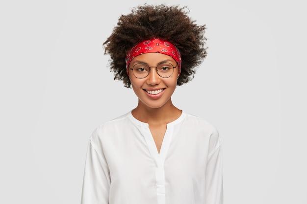 幸せな笑顔の暗い肌の女性の写真