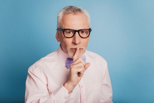 唇に指を持っているエレガントな男の写真