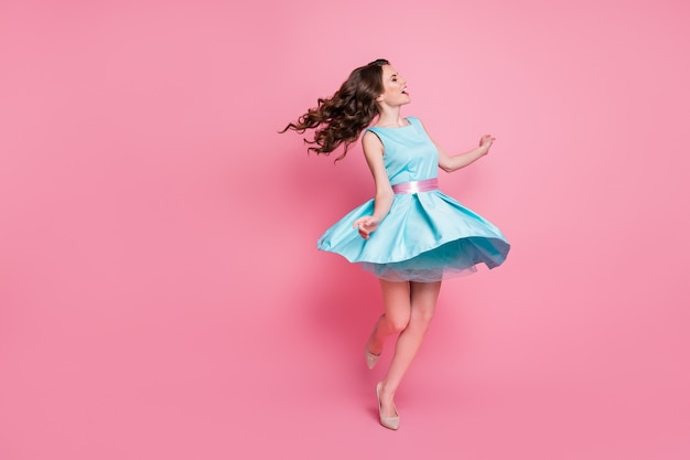 Фото энергичной восторженной девушки радуйтесь носить красивую одежду обувь