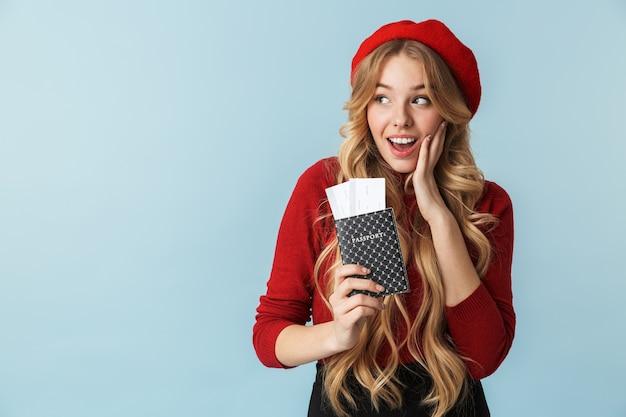Фотография возбужденной блондинки 20-х годов в красном берете с изолированным паспортом и проездным билетом