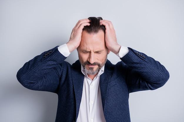 지친 스트레스를 받는 성숙한 남자 매니저 에이전트가 직업을 잃은 사진 금융 위기 충돌 절망이 머리에 팔을 잡고 고립된 회색 배경